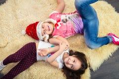 Duas meninas no assoalho, jogando em casa, vista superior Fotografia de Stock Royalty Free