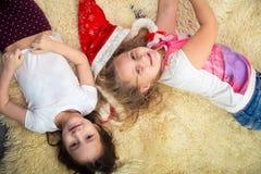 Duas meninas no assoalho, jogando em casa, vista superior Imagem de Stock Royalty Free