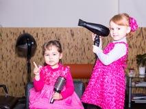 Duas meninas no barbeiro Imagem de Stock