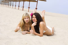 Duas meninas no beira-mar imagem de stock