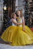 Duas meninas no branco elegante com vestidos amarelos Foto de Stock