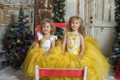Duas meninas no branco elegante com vestidos amarelos Imagens de Stock