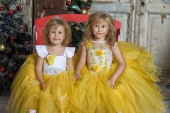 Duas meninas no branco elegante com vestidos amarelos Fotografia de Stock