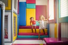 Duas meninas no campo de jogos Meninas caucasianos que jogam junto Imagens de Stock Royalty Free