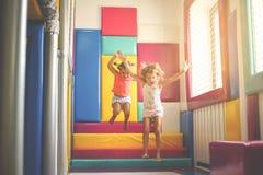 Duas meninas no campo de jogos Meninas caucasianos que jogam junto Imagem de Stock