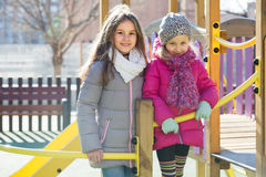 Duas meninas no campo de jogos urbano Fotos de Stock Royalty Free