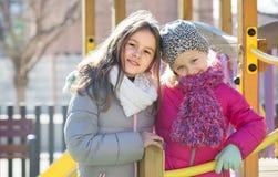 Duas meninas no campo de jogos urbano Fotos de Stock