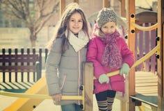 Duas meninas no campo de jogos urbano Fotografia de Stock Royalty Free
