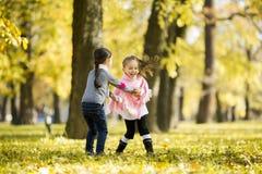 Duas meninas no parque do outono Imagem de Stock Royalty Free