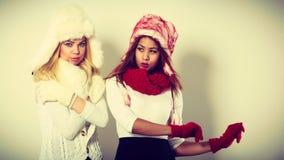 Duas meninas no retrato morno da roupa do inverno fotografia de stock