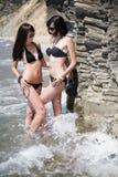 Duas meninas no seashore selvagem Fotos de Stock Royalty Free