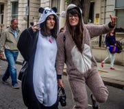 Duas 2 meninas no traje no carnaval de Notting Hill em Londres Imagem de Stock Royalty Free