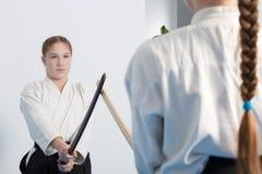 Duas meninas no treinamento do Aikido no fundo branco Imagens de Stock