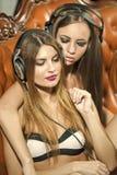Duas meninas nos fones de ouvido Imagens de Stock Royalty Free