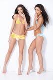 Duas meninas nos roupas de banho Imagens de Stock