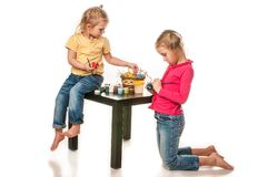 Duas meninas para pintar ovos da páscoa em um fundo branco Fotos de Stock