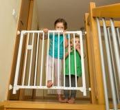 Duas meninas que aproximam a porta da segurança Fotografia de Stock