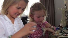 Duas meninas que arquivam pregos e que jogam com joia no quarto filme