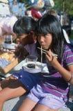 Duas meninas que comem macarronetes Fotos de Stock
