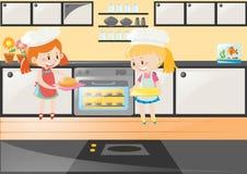 Duas meninas que cozem o bolo na cozinha Fotografia de Stock
