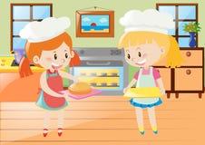 Duas meninas que cozem a torta na cozinha Foto de Stock Royalty Free