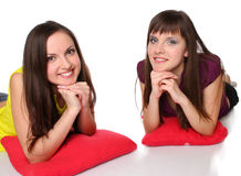Duas meninas que encontram-se no assoalho Imagens de Stock