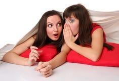 Duas meninas que encontram-se no assoalho Fotos de Stock Royalty Free