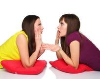 Duas meninas que encontram-se no assoalho Fotos de Stock