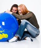 Duas meninas que estudam o globo imagens de stock royalty free