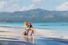 Duas meninas que exercitam na praia fotos de stock royalty free