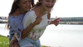 Duas meninas que fazem às cavalitas filme
