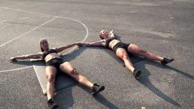 Duas meninas que fazem Toe Touch Crunches vídeos de arquivo