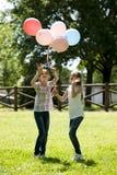Duas meninas que jogam ao ar livre Fotografia de Stock