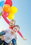 Duas meninas que jogam ao ar livre com balões Fotografia de Stock Royalty Free