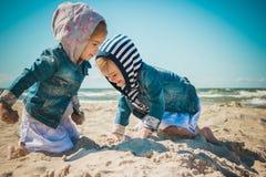Duas meninas que jogam na praia Imagens de Stock