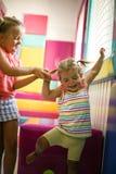 Duas meninas que jogam no campo de jogos Imagem de Stock Royalty Free