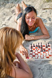 Duas meninas que jogam a xadrez Fotografia de Stock Royalty Free