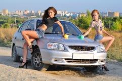 Duas meninas que lavam o carro Fotografia de Stock