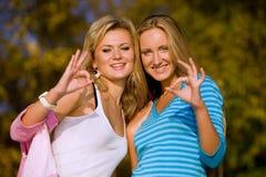 Duas meninas que mostram ESTÁ BEM. Foto de Stock Royalty Free