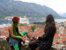 Duas meninas que olham a cidade e o mar fotografia de stock