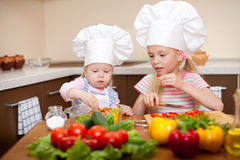 Duas meninas que preparam o alimento saudável na cozinha Foto de Stock Royalty Free