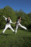 Duas meninas que saltam no parque Foto de Stock