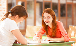 Duas meninas que sentam-se no café Imagens de Stock Royalty Free