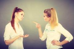 Duas meninas que têm o argumento, conflito interpessoal Imagens de Stock Royalty Free