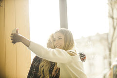 Duas meninas que têm o divertimento ao beber o café Imagem de Stock Royalty Free
