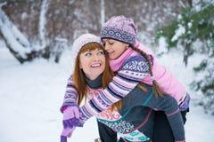 Duas meninas que têm o divertimento no inverno foto de stock royalty free