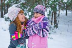 Duas meninas que têm o divertimento no inverno Fotografia de Stock Royalty Free