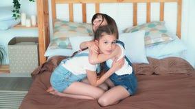 Duas meninas reconcíliam após o argumento, o abraço e o olhar na câmera, movimento lento filme