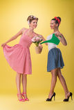 Duas meninas 'sexy' bonitas com vestir bonito do sorriso Fotos de Stock Royalty Free