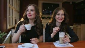 Duas meninas 'sexy' que bebem o café no café, close-up vídeos de arquivo